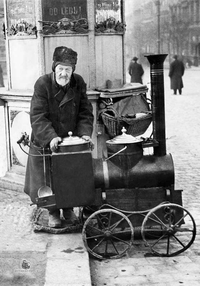 Chestnut seller Sterba on Náměstí Míru, 1910; Photo: Zikmund Reach 1910 © HISTORICKE-FOTO.CZ