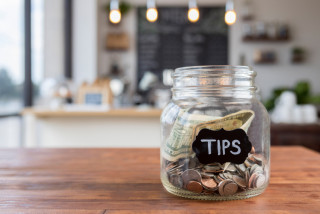 Prague wine bar encourages tipping policy; urges Czechs to be better tippers