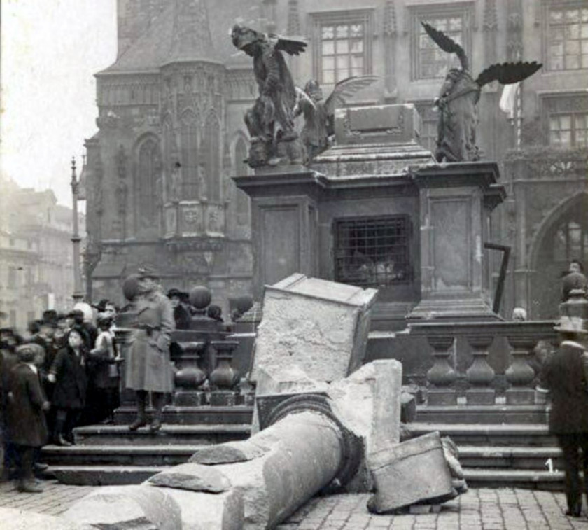 Vicotry Column toppled in Old Town Square