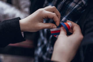 Tricolor ribbon for November 17. (photo: Dikyzemuzem.cz)