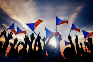 Silhouette of crowd with Czech flags. (photo: iStock / Rawpixel)