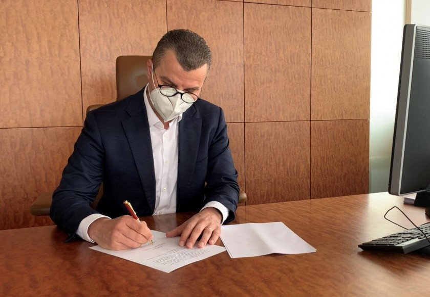 Prague Airport's Václav Řehoř signs the memorandum for restarting tourism. (Photo: Prague Airport)